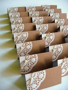 svadobné menovky krajkované Paper Doily Crafts, Doilies Crafts, Paper Crafts Origami, Easy Paper Crafts, Paper Doilies, Wedding Labels, Diy Wedding, Lace Wedding, Decorated Gift Bags