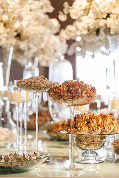 Mesa de doces - lançamento revista Constance Zahn Casamentos no Villa Jockey - branco e dourado ( Decoração: Cenográphia | Foto: Julia Ribeiro )