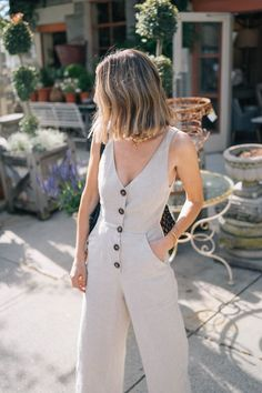 The Perfect Linen Jumpsuit for Summer - Jess Ann Kirby loves wearing linen in the summer for it& breathable and lightweight feel. Source by IlkaEliseB - Summer Work Outfits, Summer Wardrobe, Spring Outfits, Summer Clothes, Dresses For Summer, Summer Fashions, Mode Outfits, Trendy Outfits, Mode Ootd