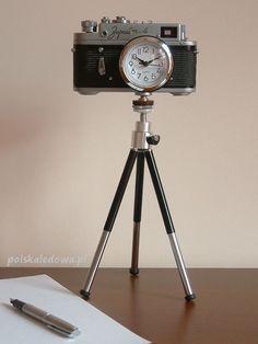 Nostalgiczny zegar na statywie jak aparat fotograficzny