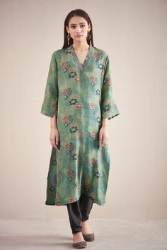 Clothes Women, Fashion Clothes, Women's Fashion, Fashion Outfits, Indian Suits, Indian Dresses, Summer Office Wear, Long Kurtis, Pretty Patterns