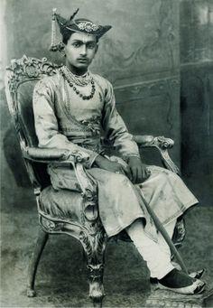 Maharaja Yashwant Rao Holkar of Indore By Rohit Sonkiya Concept Photography, Vintage Photography, Duleep Singh, Foto Face, Indian Prince, Indian Jackets, Royal Indian, States Of India, History Of India