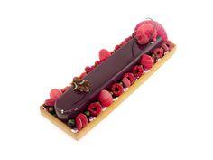 Tarte fruits rouge : Pâte sucrée vanille / Crème d'amandes / Confit fruits rouge / Mousse fruits rouge / Glaçage miroir violet / fruits rouge / Décors chocolat