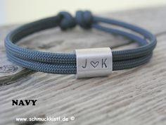 **Armband Surfer - Geschenk für den Partner** Sportliches und stylisches Armband aus Nyloncord mit silbernem Gravurelemten für 3 Wunschzeichen. Dieses Herrenarmband ist aus hochwertigem...