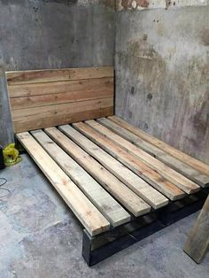 Right through this amazing idea of wood pallet projects, we would add you up with the wood pallet bed frame settlement that is so wonderful looking in whole appearance. It look overall so innovative because moderate size of creation manufacturing has been done here as one of the perfect options for your household purposes.