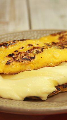 No hay como ver el queso derretirse en este panqueque venezolano.