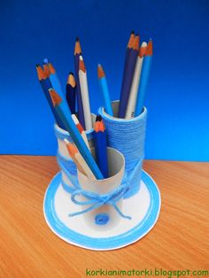 Great crayon box made from toilet paper tubes http://korkianimatorki.blogspot.com/2013/08/zbieramy-rolki-po-papierze-toaletowym.html