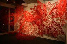Ashley V.Blalock est une artiste américaine qui réalise des installations et des sculptures entièrement crochetées à la main.