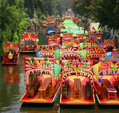 "#SabiasQue El nombre de las ""trajineras"" de Xochimilco comenzaron a ponerse gracias a que los catrines querían personalizarlas con el nombre de sus prometidas o novias. #DidYouKnow The name of Xochimilco's ""trajineras"" were given by the catrines to customize them with the name of their fiancees or girlfriends."
