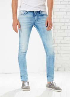 Slim fit five-pocket jeans, low waist and narrow leg. Light fade. Pepe Jeans London detail embroidered on the front coin pocket.