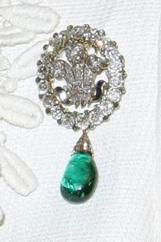 Prince of Wales feather brooch. Diana wore it as a pendant using the diamond strap from another necklace. British Crown Jewels, Royal Crown Jewels, Royal Jewelry, Princesa Diana, Bling Bling, Modern Jewelry, Fine Jewelry, Antique Jewelry, Vintage Jewelry