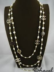 Shop Women's CHANEL Black White size OS Necklaces at a discounted price at Poshmark. Description: It's a Chanel vintage necklace it's really rare to find I love this necklace. Bracelet Chanel, Chanel Pearl Necklace, Chanel Pearls, Chanel Jewelry, Jewelery, Coco Chanel, Cheap Jewelry, Custom Jewelry, Jewelry Accessories