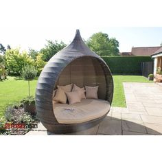 Lounge in luxury in the Maze Rattan Pear Shape Daybed. The ultimate in terms of style and comfort, this daybed is perfect for enjoying those summer days in the shade, alone or with friends and family.