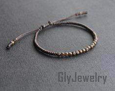 Simple, Chic, belle pour tous les jours !  Jai fait ce magnifique bracelet laiton minuscules perles et la corde cirée brune foncée. Taille : réglable.