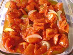 1,5 gg de tomate bem maduro cortado em quatro  - 2 cebolas grandes cortadas em fatias  - 3 dentes de alho picadinhos  - 1 pimenta (sem sementes) picadinha ? opcional  - 1 pimentão vermelho em fatias finas  - 1 colher (sopa ) de sal  - 2 colheres (sopa) de açúcar  - 3 colheres (sopa) de extrato de tomate  - 1/2 xícara de azeite  - 4 folhas de manjericão fresco picadas  -