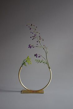 The simplistic design of this beautiful vase is stunning. Anna Varendorff Brass Vase 12 - Just Over Half a Circle Deco Floral, Arte Floral, Floral Design, Ikebana, Minimalist Chic, Deco Design, Home And Deco, Bellini, Flower Vases