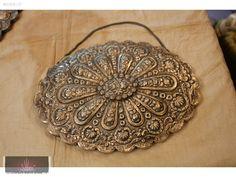 An antique mirror http://www.sahibinden.com/ilan/alisveris-antika-dekorasyon-urunleri-sultan-antik-antika-ayna-95808137/detay/
