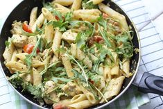 Pasta chicken-pesto sauce - ready in 20 minutes - Delicious and Simple Sausage Pasta Recipes, Beef Recipes For Dinner, Easy Pasta Recipes, Broccoli Recipes, Healthy Chicken Recipes, Vegetarian Recipes, Small Pasta, Greek Dishes, Food Inspiration