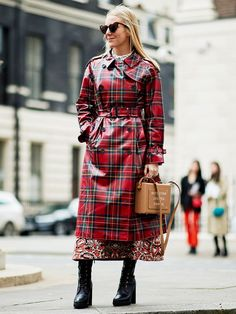 Glance over street style looks from the recent Copenhagen Fashion Week and youll notice one key trend: checked coats. Trendy Outfits, Cool Outfits, Red Raincoat, Fashion Business, Summer Coats, Check Coat, Copenhagen Fashion Week, Raincoats For Women, Autumn Street Style