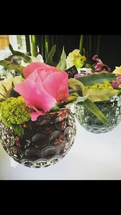 Composition de fleurs avec pivoine et viburnum