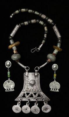collar con centro mapuche y piedras duras, aros haciendo juego.www.platanativa.com Punk Jewelry, Viking Jewelry, Western Jewelry, Tribal Jewelry, Bohemian Jewelry, Jewelry Art, Beaded Jewelry, Vintage Jewelry, Fashion Jewelry