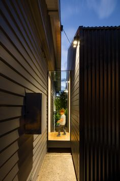Image 5 of 22 from gallery of Glass Link House / Robbie Walker. Photograph by Nic Granleese Bungalow Extensions, House Extensions, Shed Homes, Prefab Homes, Glass Walkway, Indoor Outdoor, Outdoor Living, Ranch Style Homes, Garden Studio