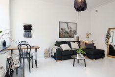 salón de un piso pequeño blanco-negro-dorado : via MIBLOG