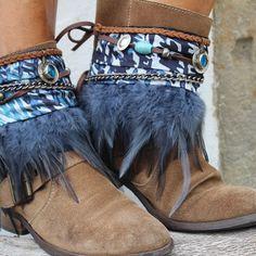 Cubrebotas con pluma azul marino, y adorno de moneda antigua con piedras turquesa http://www.indiemaison.com