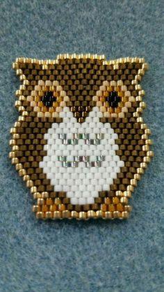 Dije chaquira Seed Bead Projects, Beading Projects, Peyote Patterns, Beading Patterns, Peyote Stitch Tutorial, Beaded Banners, Peyote Beading, Beaded Animals, Beaded Jewelry Patterns
