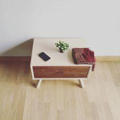 Mesita de noche, furniture. En contrachapado y  nogal americano, bedside table