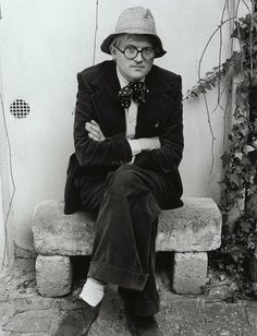 David Hockney / an English painter, draughtsman, printmaker, stage designer and photographer. An important contributor to the Pop art movement of the he is considered one of the most influential British artists of the twentieth century. British Artist, Photo, David Hockney, Artist Studio, Painter, Famous Artists, Artist, Pop Art Movement, Portrait