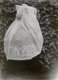 Markusse-Lai from Kamperland in North Bevelandse regional costumes. 1916 Mrs Markusse is dressed in entertainment. She wears the long veil hat with ' catrieljebellen ' to the ' curls ' of the denhaagvandaag. Bonnet Cap, Lace Making, Folklore, Family History, Traditional Outfits, Veil, Netherlands, Amsterdam, Curls