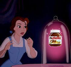 Princesa de la bella durmiente viendo un frasco de nutella