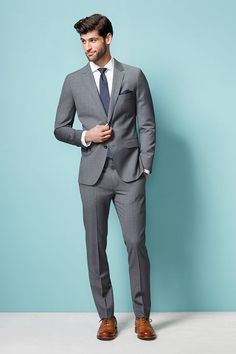 Wear a grey suit with a white oxford shirt for a classic and refined silhouette. Wear a grey suit Mens Business Professional, Business Attire For Men, Business Mode, Business Suits, Professional Outfits, Grey Suit Brown Shoes, Grey Suit Men, Black Suits, Grey Suit Blue Tie