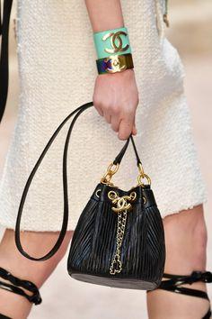 Chanel, suas deusas gregas e os detalhes apaixonantes da coleção cruise 2018!  Na foto, bolsa da Chanel preta com detalhes em dourado