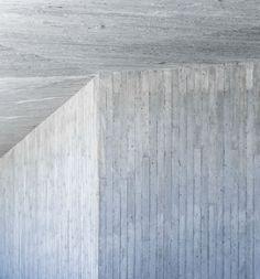Beispiel einer gleichmässig ausgerichteten Brettschalung an Wand und Decke