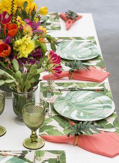 A louça da Cecilia Daleem verde e branco também é ideal para compor mesas com o clima de um jardim tropical ou com estilo despojado. Gostamos de combinar as estampas de folhagens do jogo americano com a louça para dar um efeito de movimento e de profundidade à mesa.