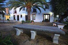Cortijos y palacios en los Pueblos Blancos de Cádiz Outdoor Furniture, Outdoor Decor, Sun Lounger, Home Decor, Rustic Cottage, Haciendas, Palaces, White People, Chaise Longue