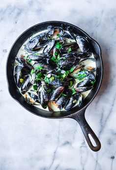 Delicious French Mussels in a garlic white wine cream sauce   easy appetizers   laceandgraceblog.com