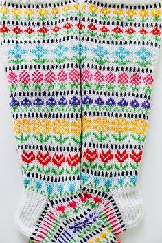 Ravelry: Taimitarhan Kukkasukat pattern by Niina Laitinen Fair Isle Knitting, Knitting Socks, Hand Knitting, Knitting Patterns, Knitting Ideas, Fingerless Mittens, Pattern Library, Crochet Accessories, Needlework