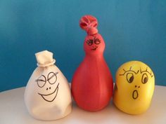 """Man nehme farbige Luftballons und fülle diese mit Mehl. Anschliessend verleiht man den """"Mehlsäckli"""" etwas Form und gibt ihnen ein Gesicht - fertig sind die lustigen Barbapapas!"""