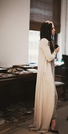 floor-length sweater / at home glamour Maxi Cardigan, Long Cardigan, Oversized Cardigan, Cream Cardigan, Looks Chic, Looks Style, Style Me, Look Fashion, Fashion Beauty