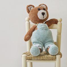 Prenez votre crochet et transformez 5 pelotes de Katia Bambi en un tendre et grand ours en peluche. Suivez les explications de ce patron pour crocheter cet amigurumi au toucher velours pour décorer la chambre de bébé ou l'offrir à un nouveau-né. Bambi, Lana, Teddy Bear, Knitting, Cute, Animals, Chain Stitch, Sewing Needles, Amigurumi