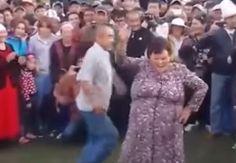 Zdroj: youtube.com/Caught On Camera  Vek nie je prekážkou ani v prípade tanca. Dokázala to skupinka dôchodcov na festivale v