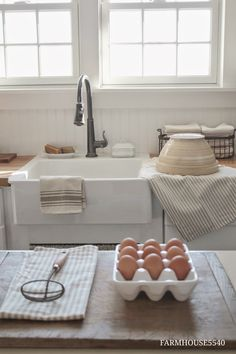 Farmhouse Kitchen Decor Ideas: Great Home Improvement Tips You Should Know! You need to have some knowledge of what to look for and expect from a home improvement job. Country Farmhouse Decor, Farmhouse Style Kitchen, New Kitchen, Vintage Kitchen, Kitchen Decor, Minimal Kitchen, White Farmhouse, Kitchen Ideas, Kitchen Country