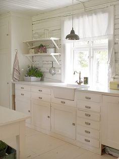 White and Shabby chic kitchen - Scandinavian Living Cottage Kitchens, Home Kitchens, Cozinha Shabby Chic, Sweet Home, Cocinas Kitchen, Piece A Vivre, Scandinavian Living, Cottage Living, White Houses