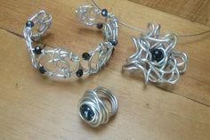Set sieraden aluminiumdraad met zwarte kralen.