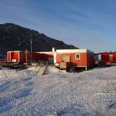 Wie heißt die norwegische Antarktisforschungsstation ? Troll Die Forschungsstation Troll (norwegisch Troll forskingsstasjon) ist eine Antarktisforschungsstation des Norwegischen Polarinstituts im östlichen Teil der Prinzessin-Martha-Küste in Königin-Maud-Land. Sie steht 235 Kilometer von der Küste entfernt auf felsigem Grund des Nunataks Jutulsessen in 1270 Metern Meereshöhe.