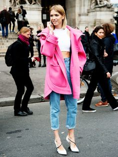 Graues Wetter. Winterdepression.Model Elena Perminova lässt da nichts an sich rankommen. Mit ihrem bonbonfarbenen Mantel von Emillio Pucci hellt sie nicht nur die Stimmung sondern auch die Pariser Straßen auf. Zum lässigen Stylo-Look aus Pumps, Crop-Top und gekrempelten High-Waist-Jeans ist der farbige Mantel ein gelungener Hingucker.