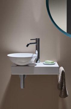 Alape Piccolo Novo: Waschtisch, Konsole und Handtuchhalter - in diesem Set aus dem Hause alape ist alles dabei, um den Waschplatz im kleinen Badezimmer oder Gästebad modern und funktional einzurichten. Das Waschbecken an sich ist aus glasiertem Stahl mit porenfreier, hygienischer Oberfläche, die besonders robust und farbecht ist (Stahl-Email). Inklusive nicht verschließbaren Ventils in Beckenfarbe. #badezimmer #reuterde #reutercom Wc Design, Small Hall, Guest Toilet, Dining Room Table, Cupboard, Cool Furniture, Shelving, Family Room, Interior Decorating